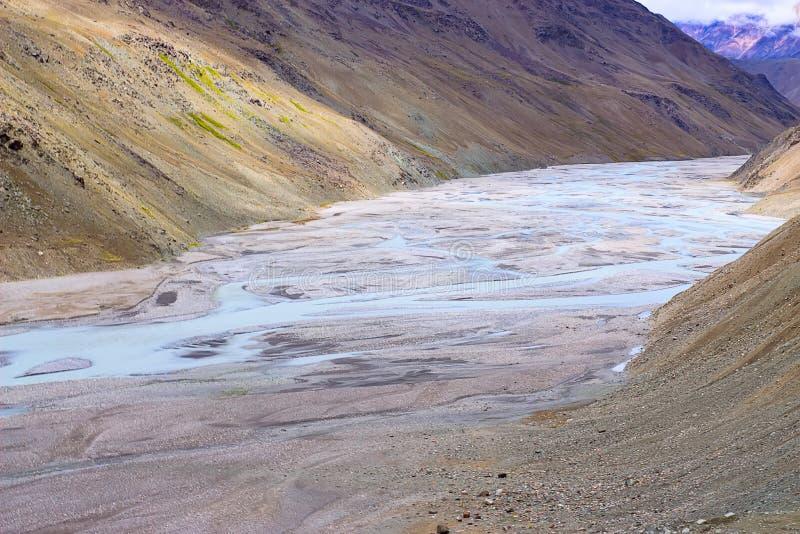 Beeld van rivier onder de berg in de herfsttijd royalty-vrije stock afbeeldingen