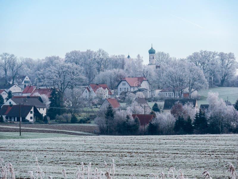 Beeld van romantisch de winterlandschap met dorp stock afbeelding