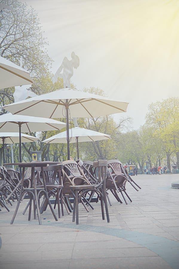 Beeld van straat café vroeg ochtend royalty-vrije stock afbeelding