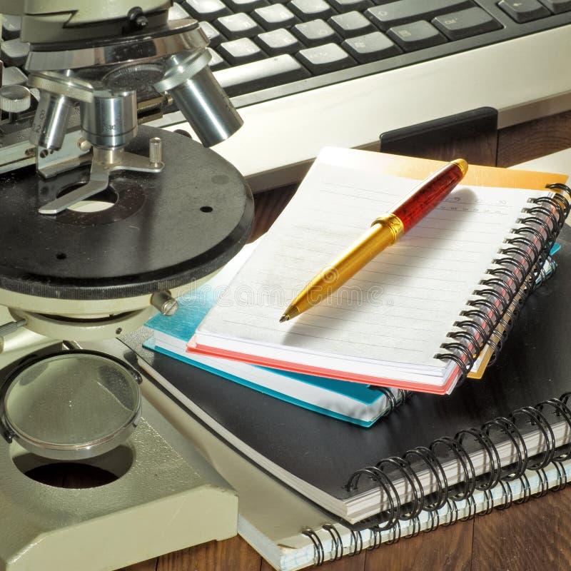Beeld van toetsenbord, microscoop, notitieboekje en penclose-up royalty-vrije stock afbeeldingen