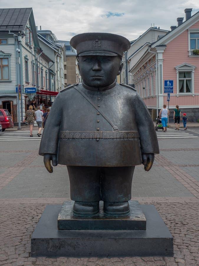 Beeld van Topolliisi een bronsstandbeeld van een politieagent, door de beeldhouwer Kaarlo Mikkonen wordt gemaakt dat royalty-vrije stock foto's