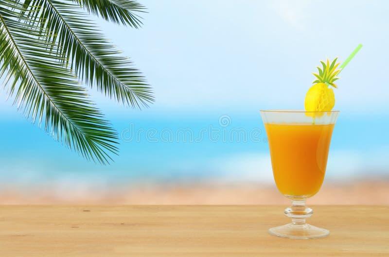 Beeld van tropisch en exotisch fruit coctail over houten lijst voor overzeese landschapsachtergrond royalty-vrije stock foto