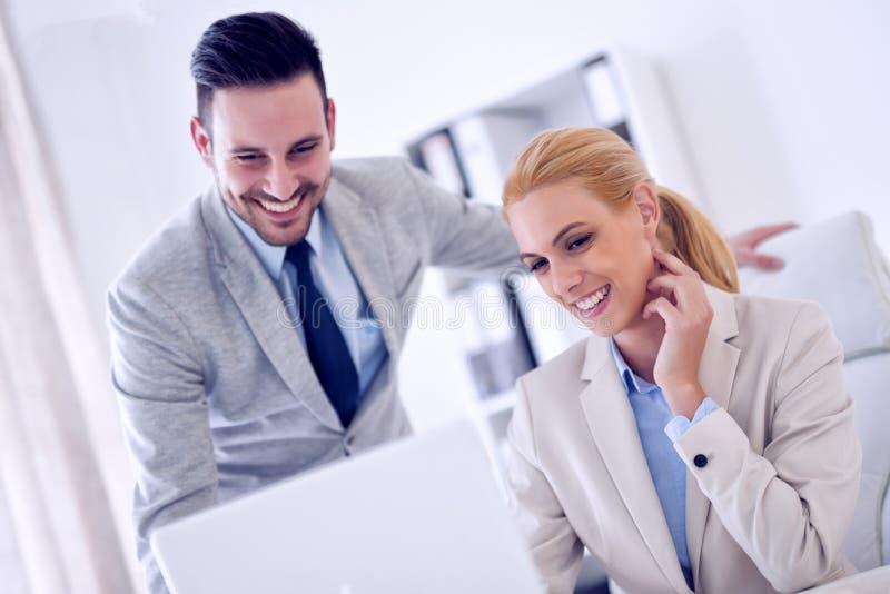 Beeld van twee bedrijfsmensen die op vergadering in bureau werken royalty-vrije stock afbeelding