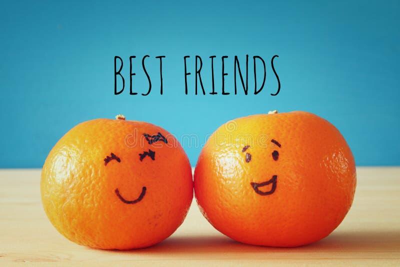 Beeld van twee clementines met getrokken smileygezichten royalty-vrije stock afbeeldingen