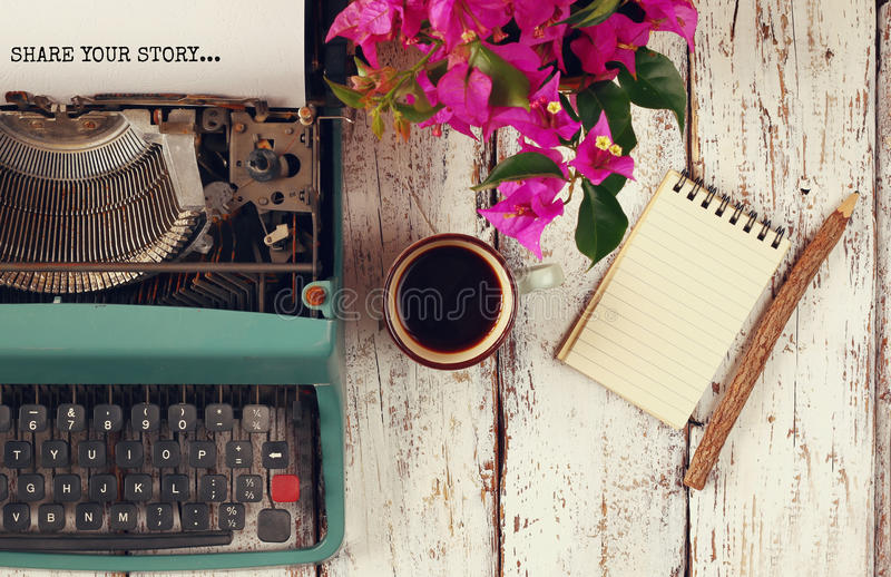 Beeld van uitstekende schrijfmachine met uitdrukking stock afbeelding