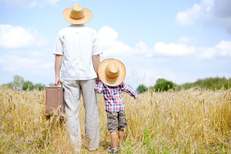 Beeld van vader en zoon die op de zomer reizen stock foto