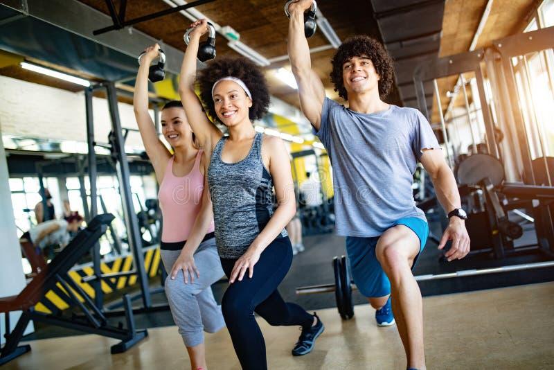 Beeld van vrolijk geschiktheidsteam in gymnastiek stock foto
