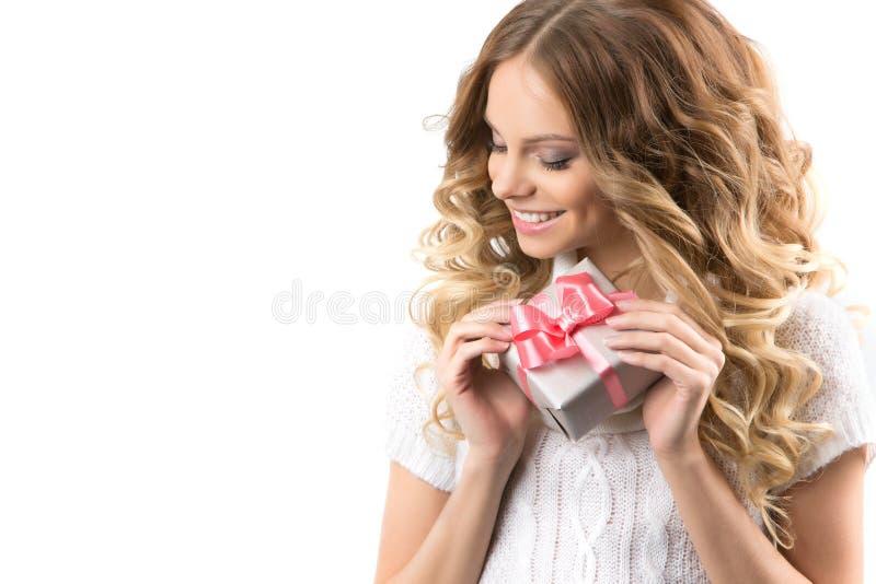 Beeld van vrolijk meisje met giftdoos op een witte achtergrond stock foto's