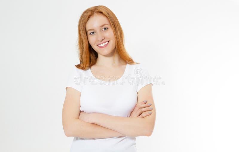 Beeld van vrolijke vrij jonge roodharigedame status ge?soleerd over witte muurachtergrond met gekruiste wapens kijkend camera gel royalty-vrije stock fotografie