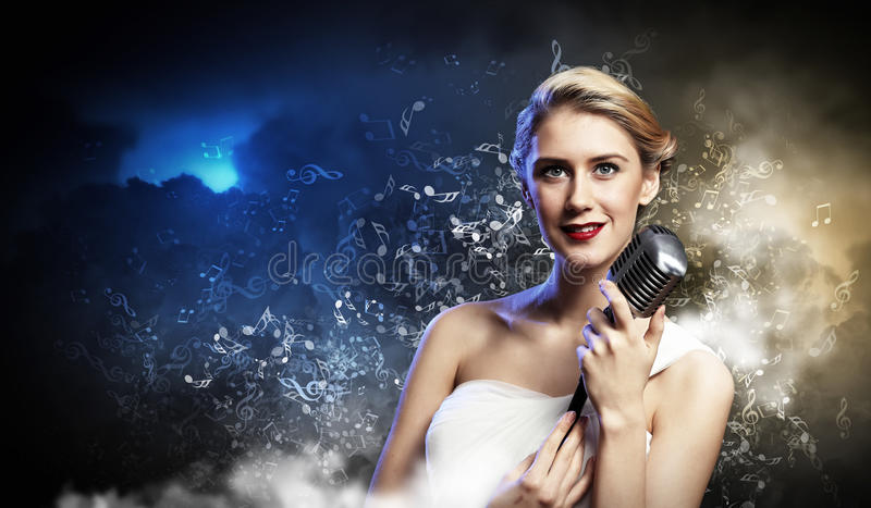 Vrouwelijke blondezanger royalty-vrije stock afbeeldingen
