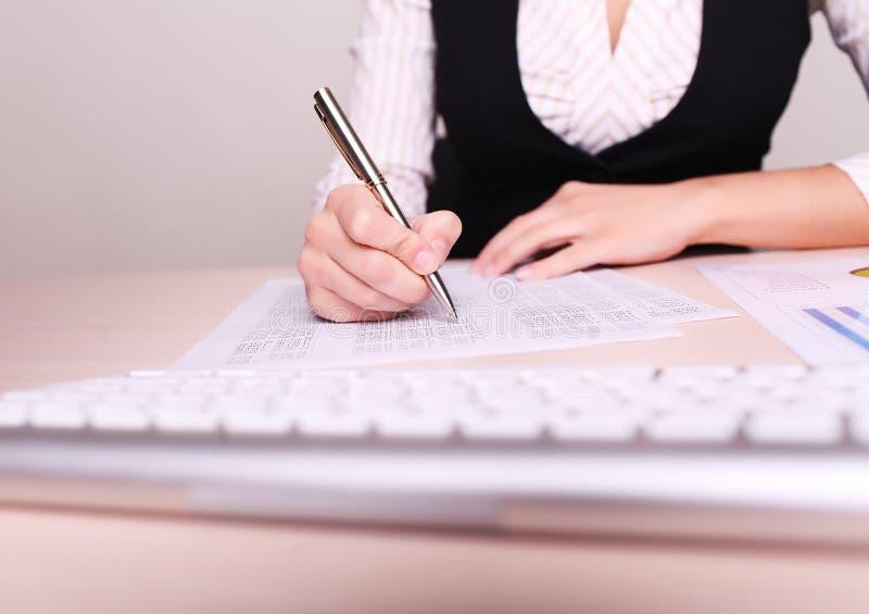 Beeld van vrouwenhand die op papier schrijven stock foto's