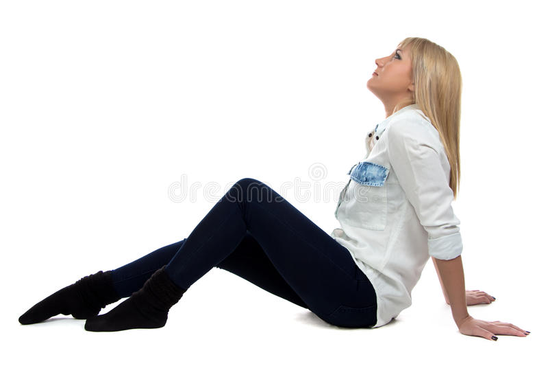 Beeld van vrouwenzitting op de vloer en omhoog het kijken royalty-vrije stock foto