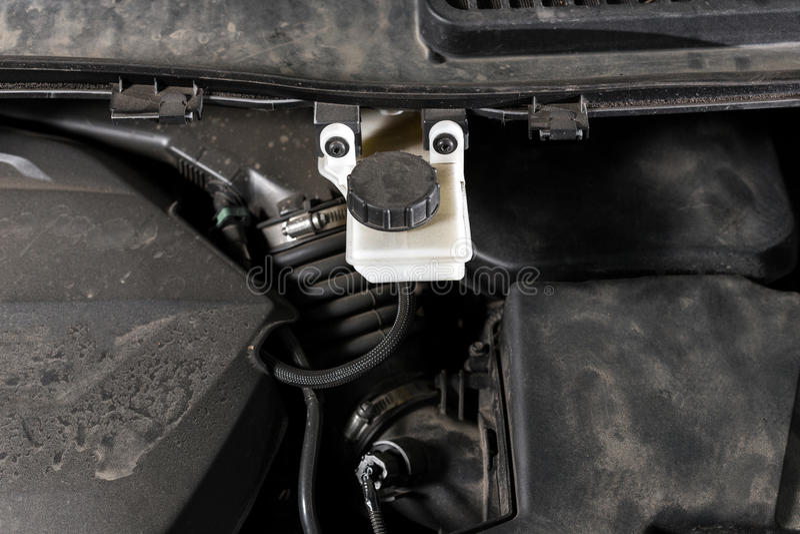 Beeld van wat de auto onder de kap Motor, uitbreidingstanks voor oliën en vloeistoffen stock foto