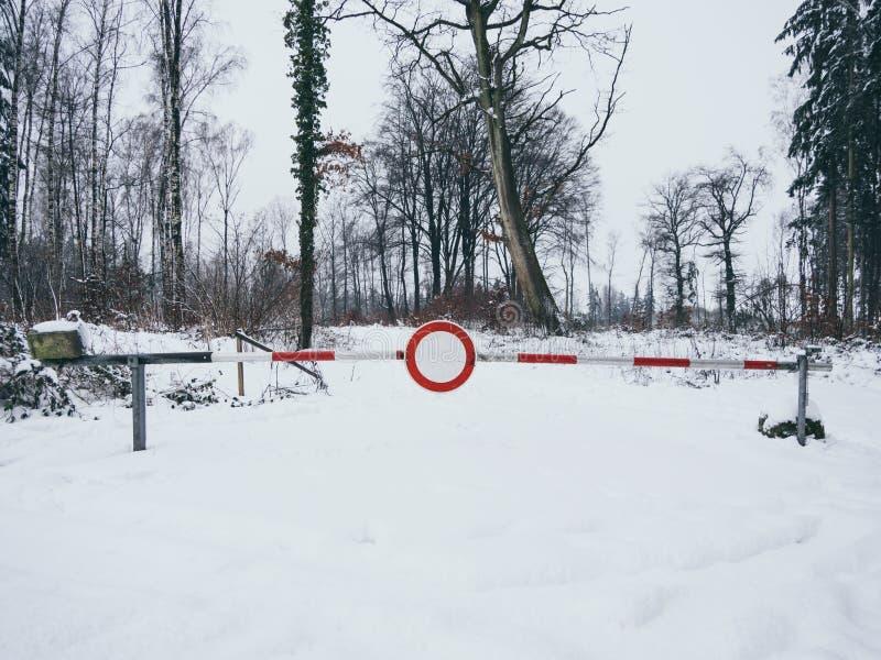 Beeld van wegbarrière in de winter in het bos royalty-vrije stock fotografie