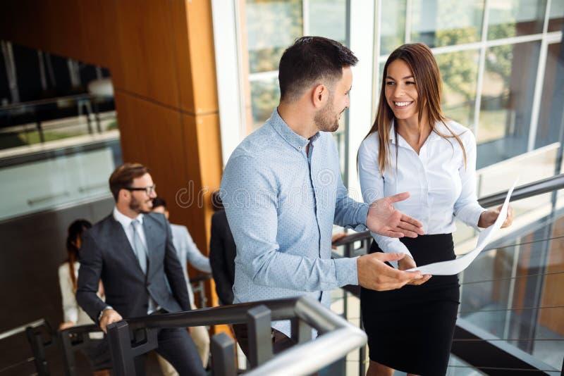 Beeld van zakenman en onderneemster die bespreking hebben royalty-vrije stock afbeelding