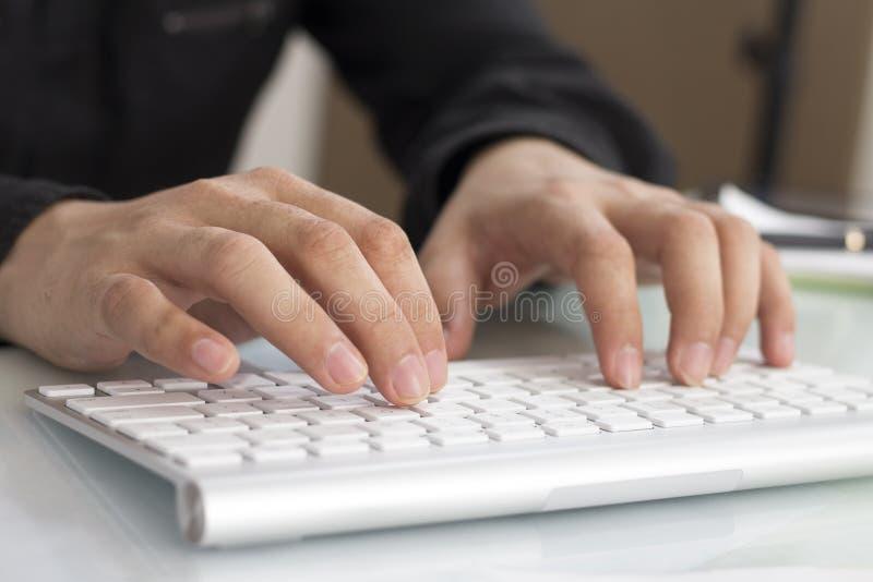 Beeld van Zakenman Typing op Toetsenbord stock fotografie