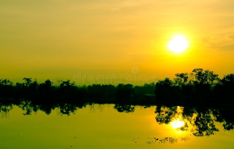 Zonsondergang en schaduw in het water royalty-vrije stock fotografie