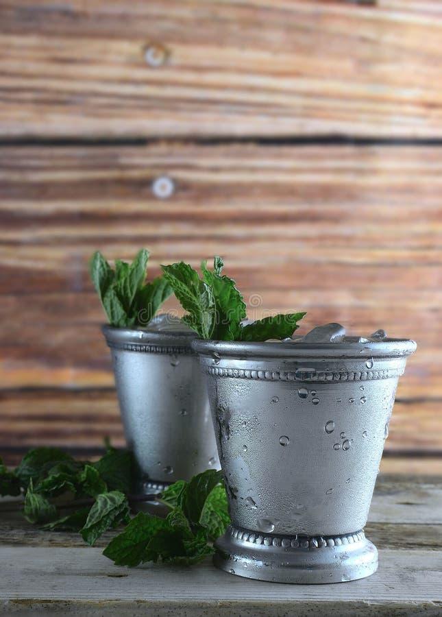 Beeld voor de Derby die van Kentucky in Mei twee zilveren koppen van het muntmedicijndrankje met verpletterd ijs en verse munt in royalty-vrije stock foto's
