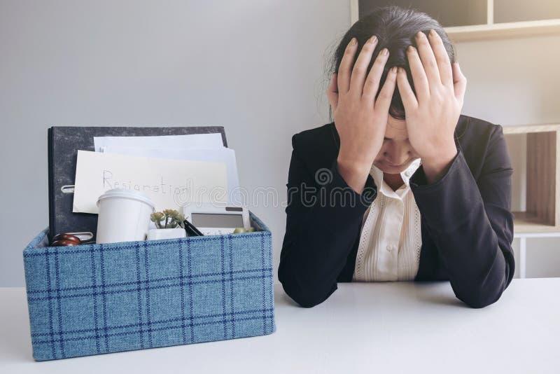 Beelden van de verpakking van omhoog al haar persoonlijke bezittingen en dossiers in stock foto