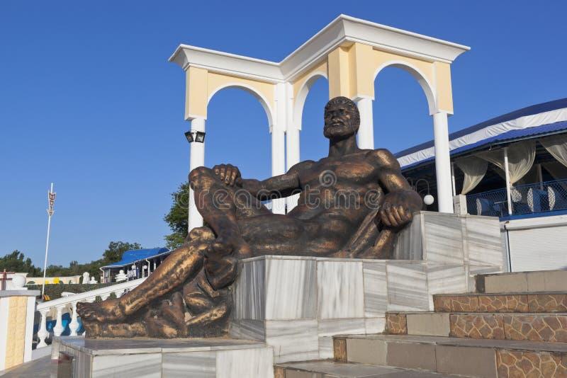 Beeldhouw een rustende Hercules op de waterkant van het toevluchtslepen royalty-vrije stock foto