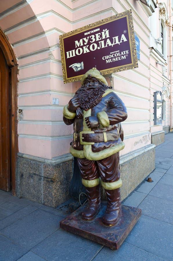Beeldhouwwerk bij ingang om Chocolademuseum op Nevsky Prospekt, St. Petersburg, Rusland op te slaan stock foto's