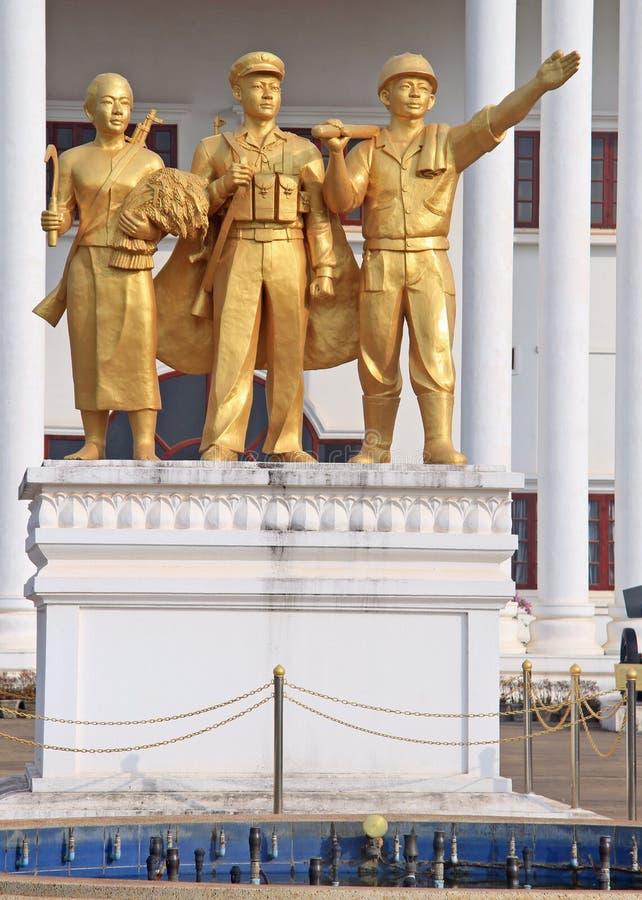Beeldhouwwerk in de voorzijde van het Legermuseum van Lao People royalty-vrije stock fotografie