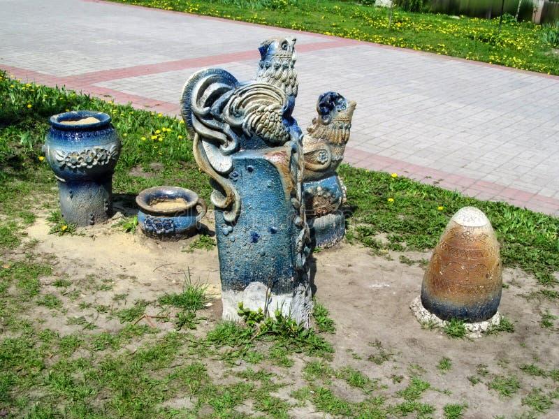 Beeldhouwwerk die folktale Kurochka Ryaba in het park Kazka in Soumi afschilderen royalty-vrije stock afbeelding