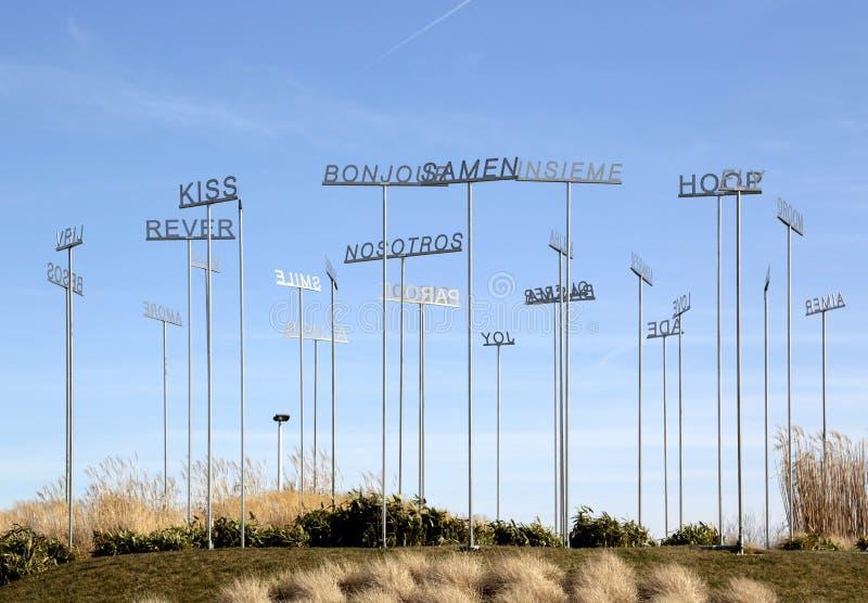 Beeldhouwwerk door Alessandro Filippini, de Luchthaven van Charleroi, België stock foto