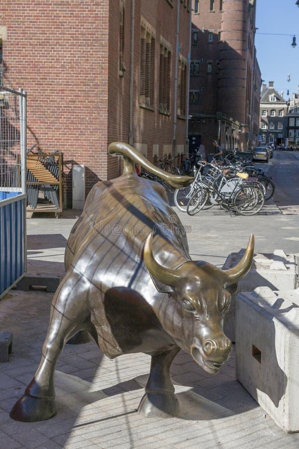 Beeldhouwwerk door het Aanvallen van Arturo Di Modica ` stier ` in het centrum van Amsterdam tijdens het reparatiewerk aangaande  stock foto