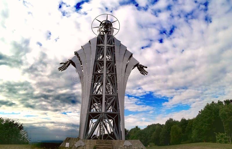 Beeldhouwwerk door Zawaczky Walter wordt gemaakt die Het hoogste beeldhouwwerk die Jesus van Europa, van Lupeni, Roemenië vertege royalty-vrije stock fotografie