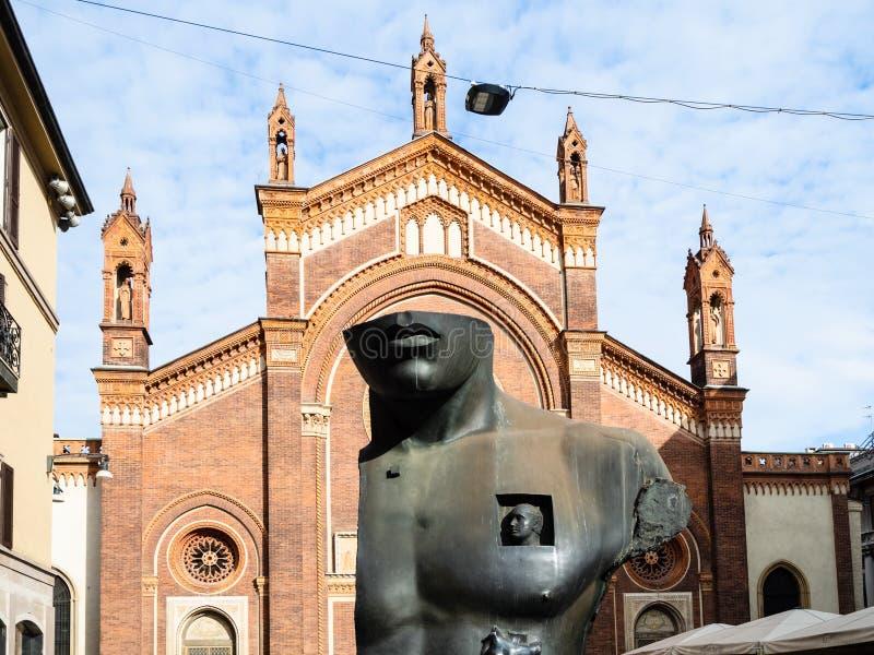 Beeldhouwwerk en kerk Santa Maria del Carmine stock afbeeldingen