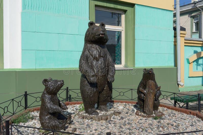 Beeldhouwwerk met beren bij het station Stadsaantrekkelijkheid stock foto