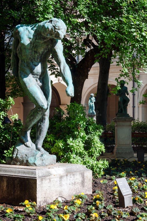 Beeldhouwwerk in Museum van Beeldende kunsten van Lyon, Frankrijk Standbeelden in het park van Palais-Saint Pierre stock foto's