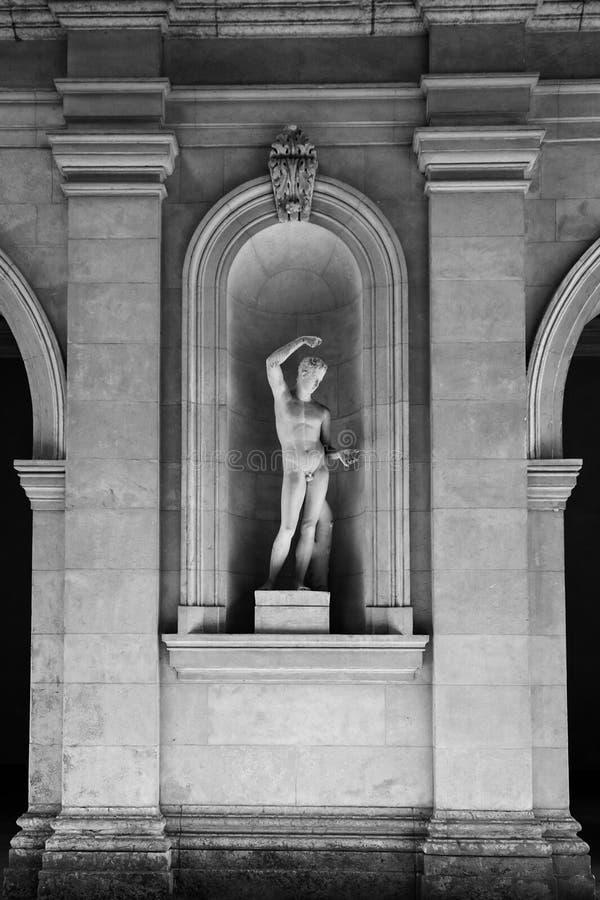Beeldhouwwerk in Museum van Beeldende kunsten van Lyon, Frankrijk Standbeelden in het park van Palais-Saint Pierre royalty-vrije stock foto's