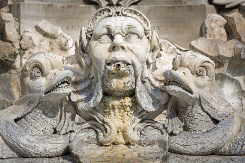 Beeldhouwwerk op een fontein in Rome, Italië royalty-vrije stock afbeelding
