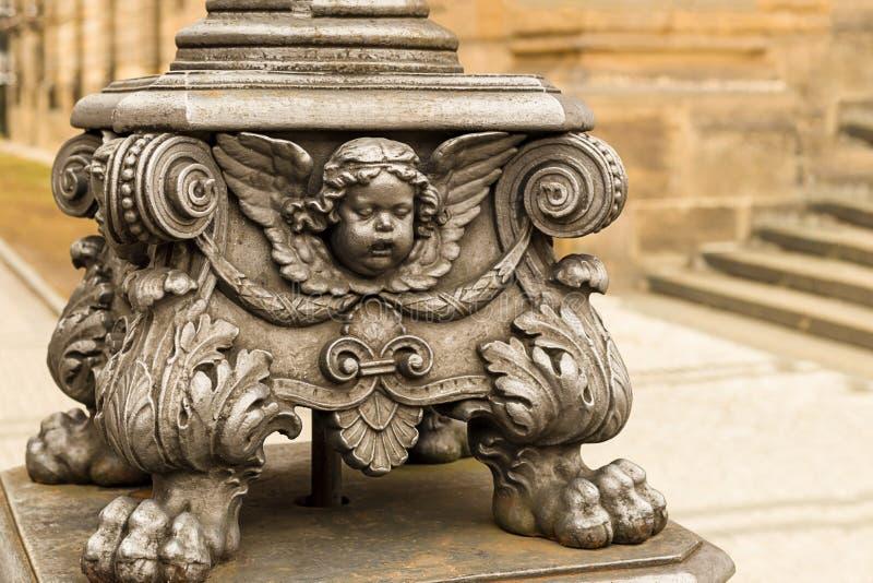 Beeldhouwwerk op een lamp postgezicht van een deel van de cherubijnengel van ornament royalty-vrije stock foto