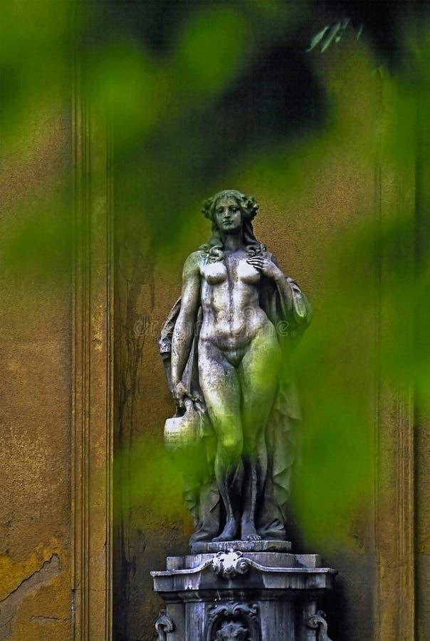Beeldhouwwerk in park royalty-vrije stock fotografie