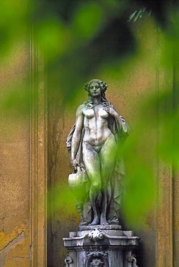 Beeldhouwwerk in park royalty-vrije stock afbeelding