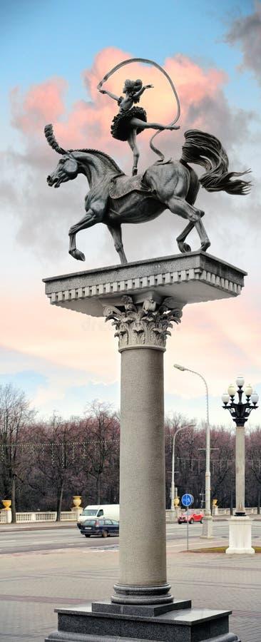 Beeldhouwwerk` Turner op een paard ` in Minsk, Wit-Rusland stock afbeelding