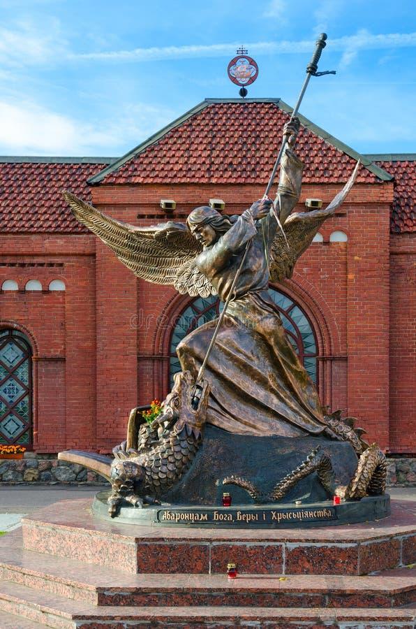Beeldhouwwerk van Aartsengel Michael, het slaan gevleugeld serpent, Minsk, stock fotografie