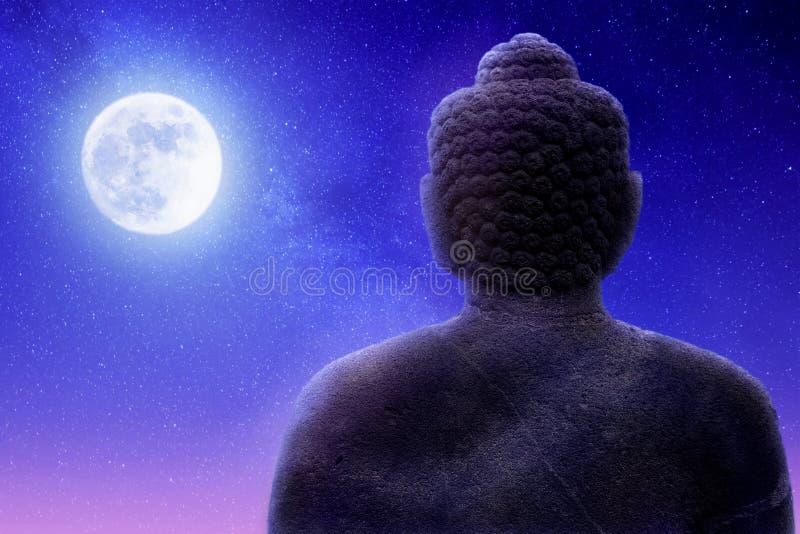 Beeldhouwwerk van Boedha op een een achtergrond en maan van de nachthemel Artistiek beeld royalty-vrije stock afbeelding
