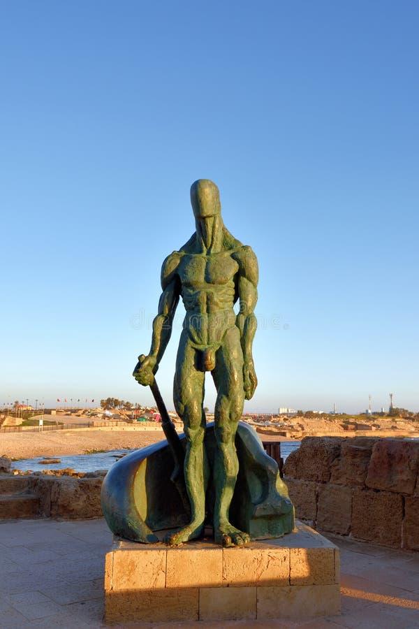 Beeldhouwwerk van de mens in Caesarea, Israël stock fotografie