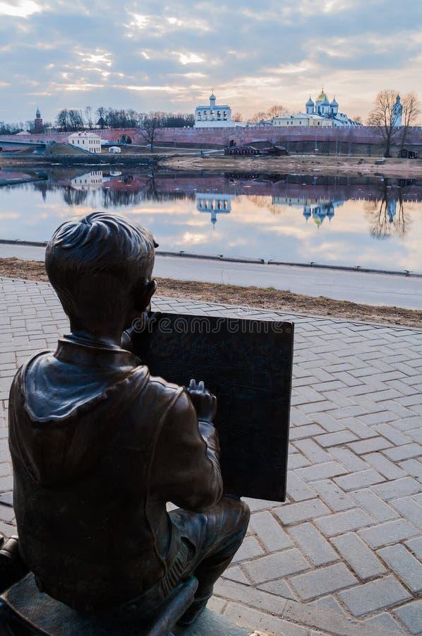 Beeldhouwwerk van de schildersjongen die Novgorod het Kremlin voor de Volkhov-rivier in Veliky Novgorod, Rusland trekken royalty-vrije stock foto's