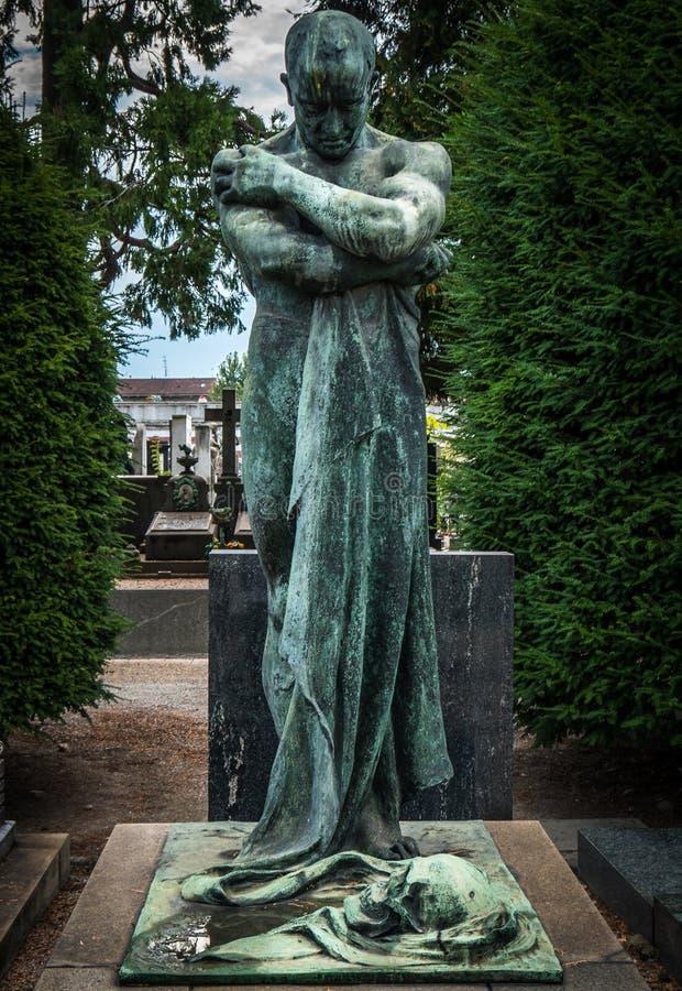Beeldhouwwerk van doodsengel binnen de monumentale begraafplaats van Milaan stock foto