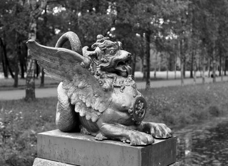Beeldhouwwerk van een draak stock afbeeldingen