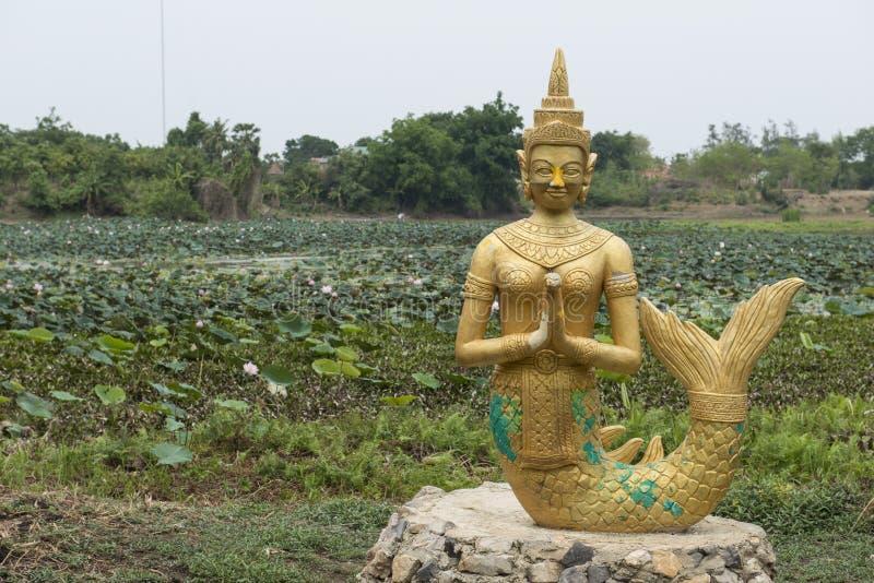 Beeldhouwwerk van een gouden Sirene Battambang, Kambodja stock afbeeldingen