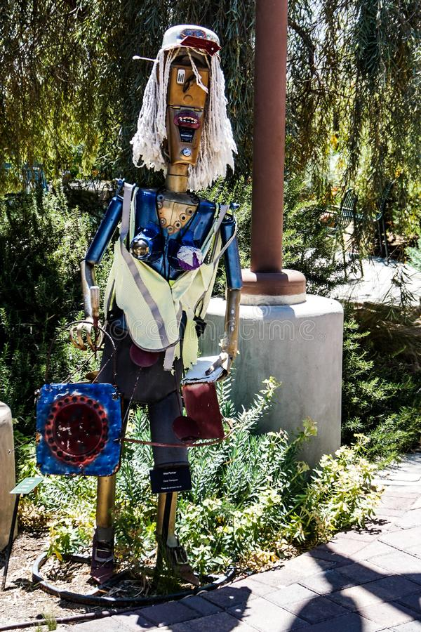Beeldhouwwerk van een houten mens met lang haar stock foto