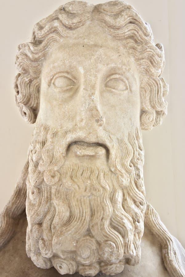 Beeldhouwwerk van een mens met een baard bij de Baden van Diocletian stock foto's