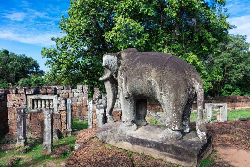 beeldhouwwerk van een olifant en ruïnes stock fotografie