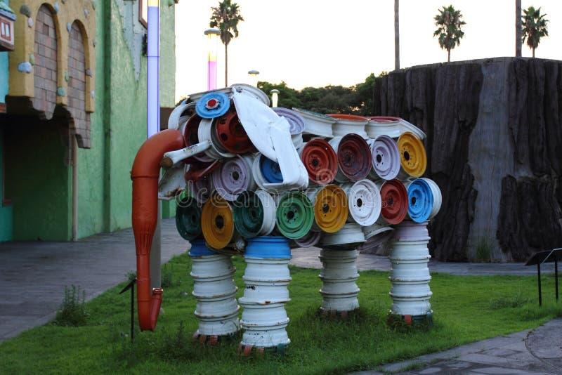 Beeldhouwwerk van een olifant uit oude wielranden stock foto